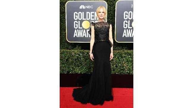Nicole Kidman membawa pulang piala Globe, dan perhatian publik saat mengenakan busana hitam sensual dari Givenchy. (AFP PHOTO / VALERIE MACON)