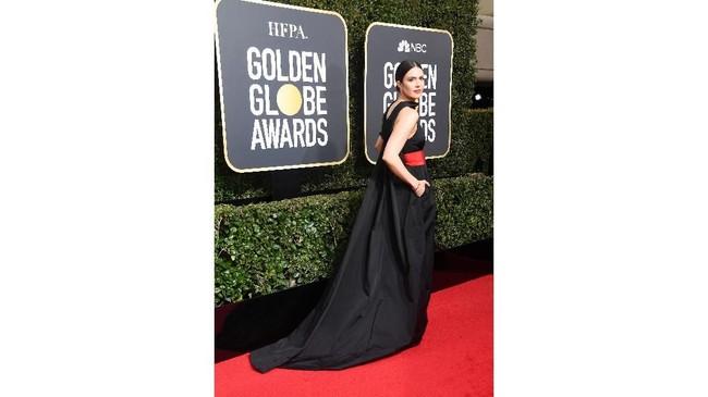 Aktris-penyanyi Mandy Moore mengenakan gaun dari koleksi Rosie Assoulin yang mencolok berkat ikat pinggang merahnya. (Frazer Harrison/Getty Images/AFP)