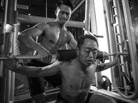 Guoliang ingin membujuk ayahnya yang sedang depresi untuk meninggalkan kebiasaan minum alkohol dan berdiam diri saja setiap hari. (Foto: Instagram/xyjesse)