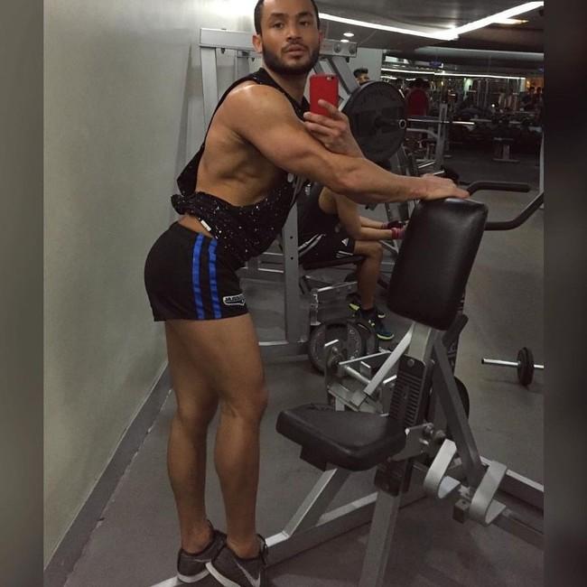 Foto: Gaya Nyeleneh Binaragawan Kemayu dari Filipina Saat Nge-gym - 6