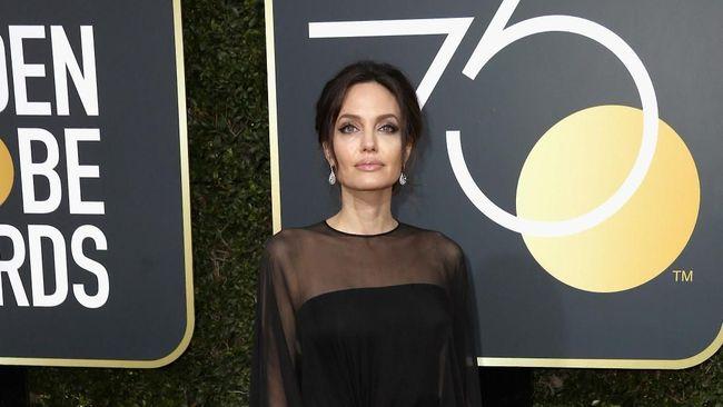 Angelina Jolie Tunda Pindah ke Luar Negeri karena Brad Pitt