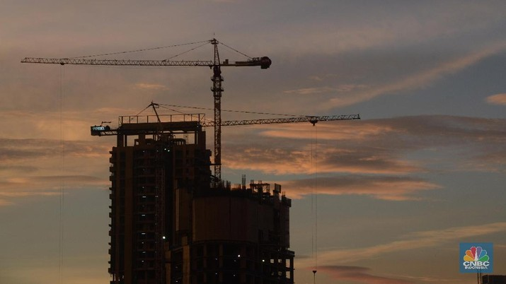 Pekerja menyelesaikan pembangunan gedung di Jakarta