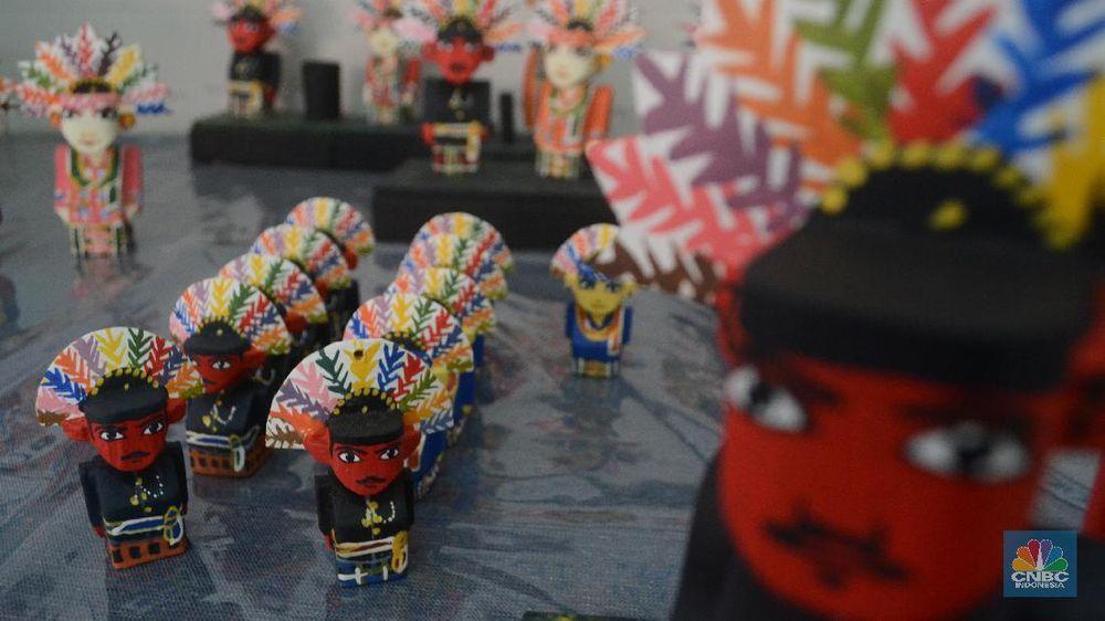 Seorang difabel melukis kerajinan miniatur Ondel-ondel di Panti Sosial Loka Bina Karya, Jagakarsa, Jakarta Selatan.