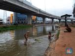 Keseruan Bocah Berenang di Bawah Proyek Tol Becakayu
