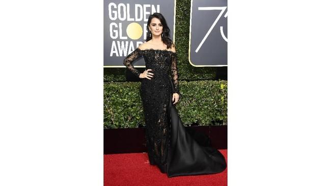 Aktris Penelope Cruz mengenakan gaun off-the-shoulder dengan renda dan gaun berbahan satin dari Ralph & Russo. (Frazer Harrison/Getty Images/AFP)