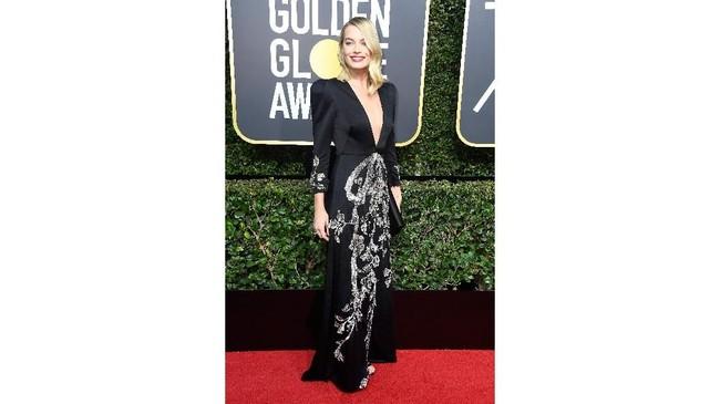 Meski tak menang tahun ini, Margot Robbie, bintang film 'I, Tonya' tampil mengesankan di karpet merah saat mengenakan gaun V-neck dari Gucci. (Frazer Harrison/Getty Images/AFP)