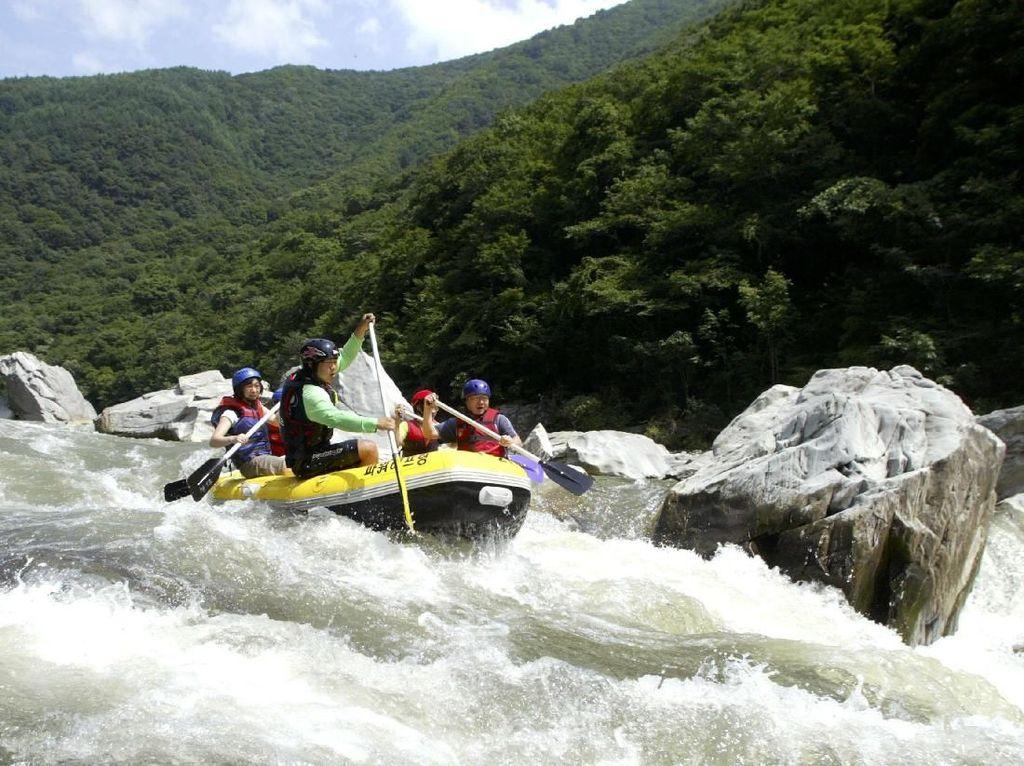 Rafting. Sangat bergantung dengan kondisi sungai yang dilewati, Rafting juga masuk salah satu olahraga paling esktrem. (Chung Sung-Jun/Getty Images)