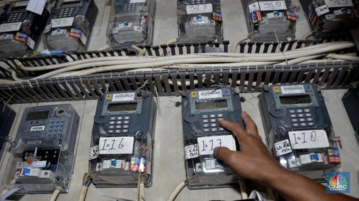 Petugas memeriksa meteran listrik di Rusun Muara Baru, Jakarta Utara, Senin (8/1/2018).