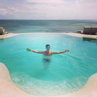 Berenang juga merupakan hobinya lho. Foto: Instagram @mike_lewis
