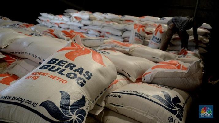Pemerintah harus menanggung selisih biaya karena mengimpor beras premium lalu menjual dengan harga beras medium di pasar dalam negeri