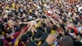 Tak jarang, terjadi adu dorong dan desak-desakan antar jemaat yang ingin menyentuh bagian parade Black Nazarene. Sekitar empat ribu polisi, tentara, dan petugas medis dikerahkan untuk menjaga dan mengawasi parade ini.(AFP PHOTO / TED ALJIBE)