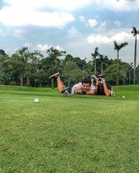 Terlalu semangat, sampai-sampai tengkurap main golfnya. Foto: Instagram @mike_lewis