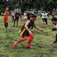 Bukan hanya secara olahraga individual, Mike kerap kali berolahraga bersama teman-temannya. Foto: Instagram @mike_lewis