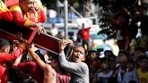 Menurut salah satu peserta parade Black Nazarene, Jimray Bacomage, 37, ia mengakui kedatangannya ke festival tersebut adalah sebagai bentuk syukur dan menyebut patung Yesus tersebut pernah menyembuhkan patah tulang yang ia derita. (REUTERS/Erik De Castro)