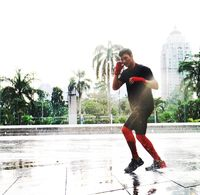 Hujan juga tak menjadi penghalang bagi Mike untuk terus berlari. Foto: Instagram @mike_lewis