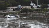 <p>Jumlah korban tewas sangat mungkin bertambah mengingat para petugas masih melakukan pencarian di berbagai daerah, sementara lebih dari 20 orang masih dilaporkan hilang. (Mike Eliason/Santa Barbara County Fire Department/Handout via Reuters)</p>
