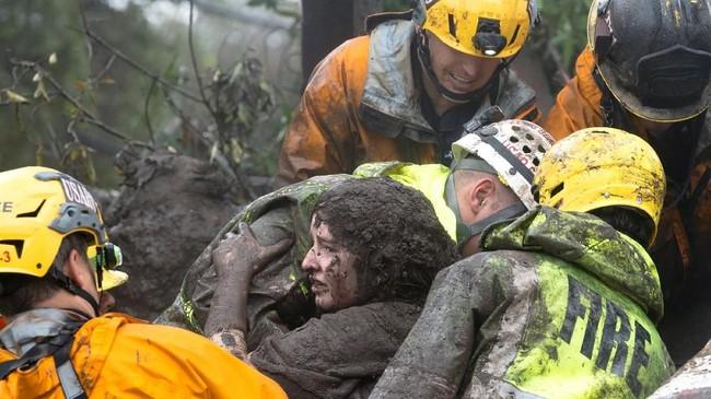 <p>Hingga saat ini, petugas sudah menemukan setidaknya 13 jasad di sebuah desa yang terkena dampak kebakaran paling parah bulan lalu. (Kenneth Song/Santa Barbara News-Press via Reuters)</p>
