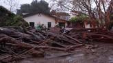<p>Bagaimana tidak, Santa Barbara baru saja dilalap si jago merah pada bulan lalu, kini para warga harus mengungsi karena serangan lumpur akibat tanah longsor. (Kenneth Song/Santa Barbara News-Press via Reuters)</p>