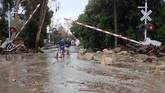 <p>Sementara itu, setidaknya 300 orang terperangkap di daerah tebing dan petugas sedang berupaya menyelamatkan mereka menggunakan helikopter. (Mike Eliason/Santa Barbara County Fire Department/Handout via Reuters)</p>