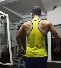 Pria yang menjadi pesinetron ini memiliki tubuh yang berotot, diketahui itu adalah hasil dari rajinnya Irfan berolahraga. Foto: Instagram/@irfansbaztian15