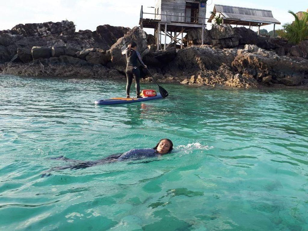 Susi berenang di laut Natuna. Dok. Pribadi.