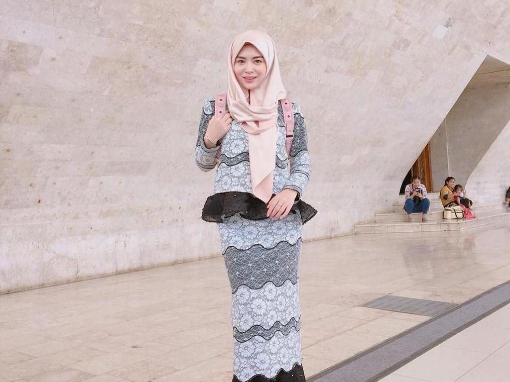 7 Gaya Hijab Si Cantik Ayana Jihye, Eks Girlband Korea Saat di Jakarta