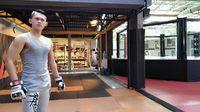 Bukan hanya dalam sinetron, pria ini juga berolahraga kick boxing. Foto: Instagram/@irfansbaztian15