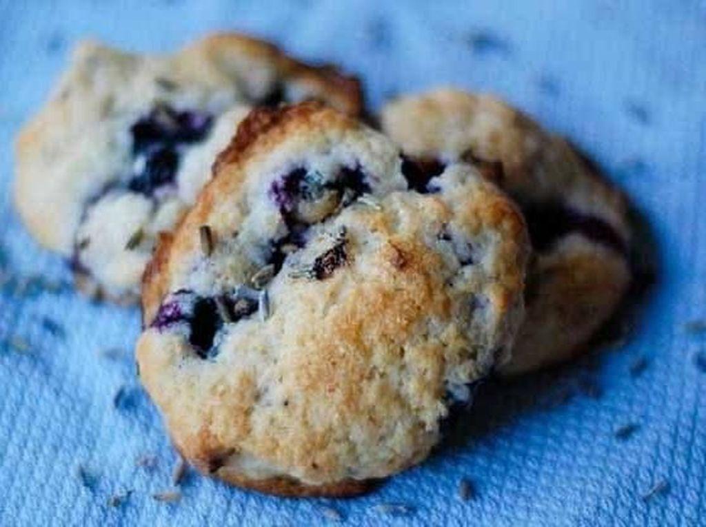 Cookies ini bukan hanya dipadu dengan blueberry. Warna ungunya juga didapat karena campuran bunga lavender, lho. Foto: Istimewa