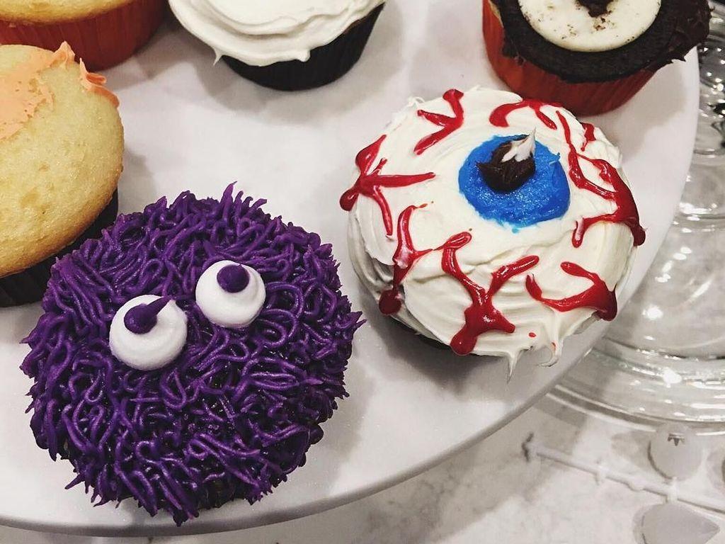 Unggahan foto ini sepertinya menunjukkan dirinya sedang membuat cake. Cupcakes dengan desain hallowen terlihat unik dan agak menyeramkan. Foto: Instagramkyliejenner