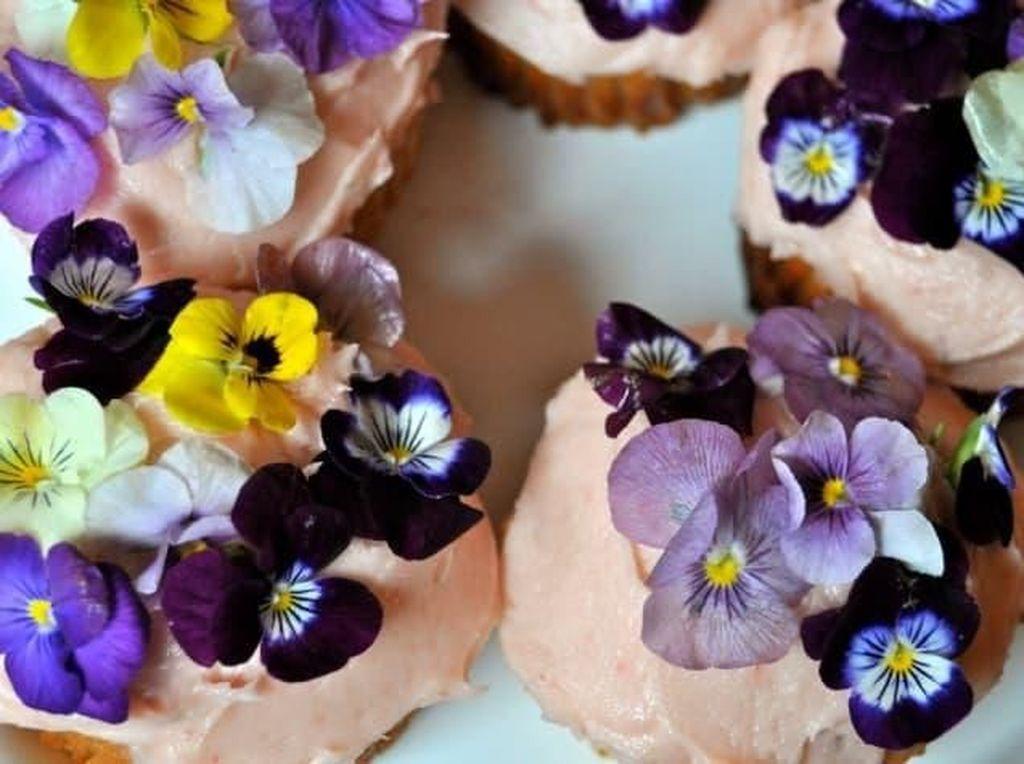 Ini adalah cupcake. Cupcake dipadukan dengan edible flower. Selain enak, tampilannya jadi sangat indahnya! Foto: Istimewa