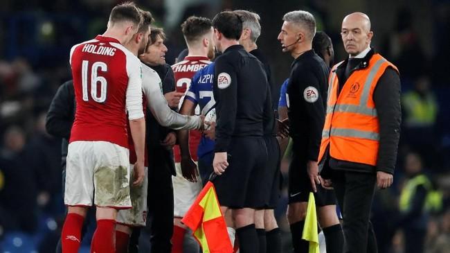Hingga akhir laga skor imbang tanpa gol tetap bertahan. Manajer Chelsea Antonio Conte sempat melakukan protes kepada wasit Martin Atkinson usai pertandingan. (REUTERS/David Klein)