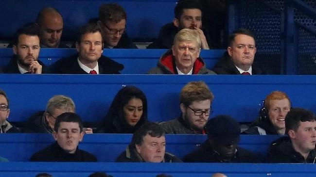 Manajer Arsenal, Arsene Wenger, duduk di tribune penonton Stadion Stamford Bridge ditemani asistennya, Jens Lehman, saat The Gunners menghadapi Chelsea. (REUTERS/David Klein)