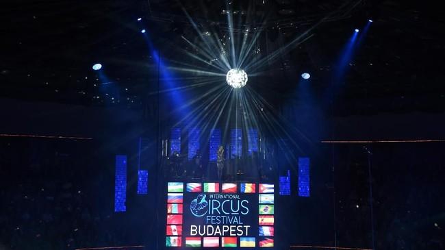 Di tengah era digital, sirkus tak serta merta kehilangan peminat. Ratusan pemain dan penggemar sirkus dari seluruh dunia berkumpul dalam acara the International Circus Festival ke-12 pada 9 Januari lalu di Budapest. (AFP PHOTO / Attila KISBENEDEK)