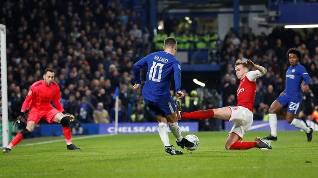 Di babak kedua dominasi Chelsea terus berlanjut. Tapi, disiplinnya lini pertahanan Arsenal membuat The Blues kesulitan mencetak gol. (REUTERS/David Klein)