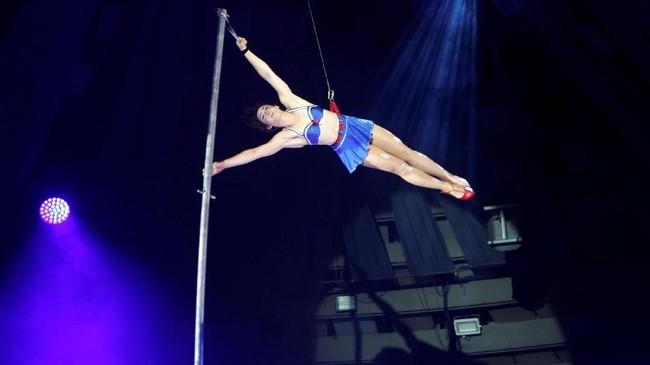 <p>Anggota grup sirkus Duo Cardio tampil di hadapan para juri dan penonton International Circus Festival di Budapes, Hungaria. (REUTERS/Bernadett Szabo)</p>