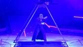 Penampilan kelompok juggling dari Perancis-Ceko, Duo Supka di International Circus Festival. (AFP PHOTO / Attila KISBENEDEK)