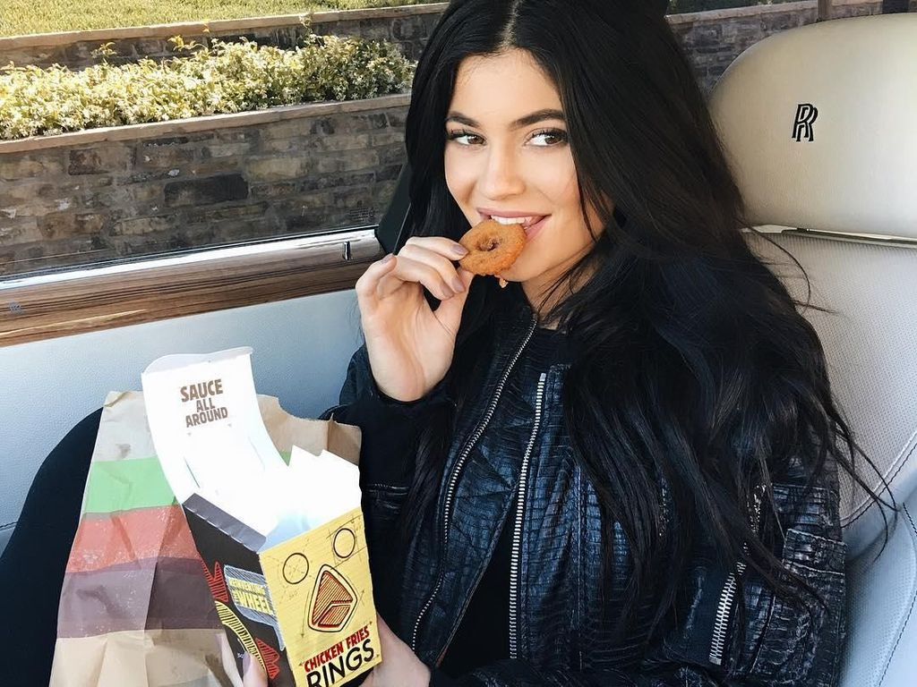 Chicken fries ring jadi camilannya. Ini dibelinya langsung di outlet fast food burger. Wah, jangan banyak-banyak ya Kylie! Foto: Instagramkyliejenner
