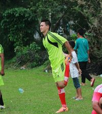 Selain fitnes, Irfan juga gemar bermain sepak bola lho. Foto: Instagram/@irfansbaztian15