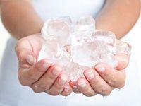 Suka menggigiti es? Pertanda kamu kekurangan zat besi. Orang yang kekurangan zat besi memang sering mengalami 'pica' atau hasrat pada makanan-makanan yang tidak bergizi salah satunya es batu. Foto: Thinkstock
