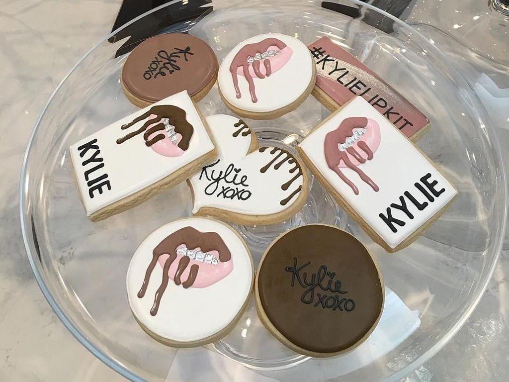 Cookies dengan tulisan Kylie dan logo bisnis kosmetiknya ini cukup menarik atensi para netizen. Foto: Instagramkyliejenner