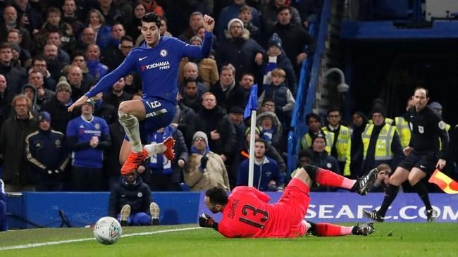 Penyerang Chelsea Alvaro Morata kembali mendapat peluang di babak kedua, tapi lagi-lagi digagalkan kiper Arsenal David Ospina. (REUTERS/David Klein)