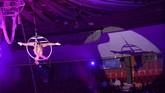 <p>Seorang anggota grup sirkus dari Rusia, Gallea, tampil di ketinggian di International Circus Festival ke-12 pada 10 Januari 2018. (AFP PHOTO / Attila KISBENEDEK)</p>