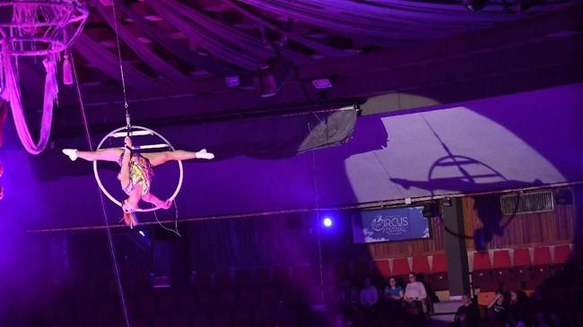 Seorang anggota grup sirkus dari Rusia, Gallea, tampil di ketinggian di International Circus Festival ke-12 pada 10 Januari 2018. (AFP PHOTO / Attila KISBENEDEK)