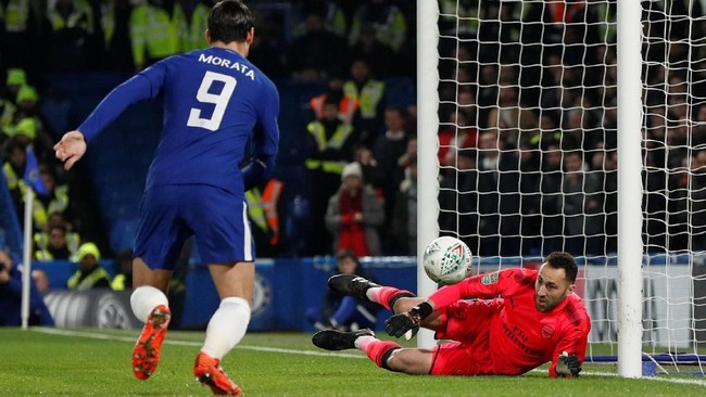 Salah satu peluang di babak pertama didapat Chelsea melalui tendangan keras Victor Moses yang diblok kiper Arsenal David Ospina. Bola rebound gagal dimanfaatkan striker Chelsea Alvaro Morata. (Reuters/John Sibley)
