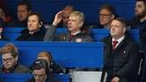 Arsene Wenger yang mendapat hukuman larangan mendampingi Arsenal di tiga pertandingan karena memprotes wasit di Piala FA, terlihat cemas di bangku tribune penonton. (Reuters/John Sibley)