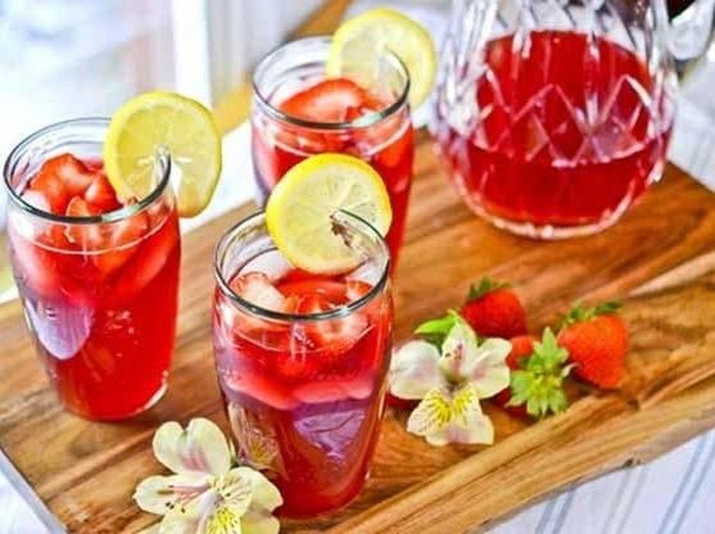 Minuman yang satu ini adalah teh lemonade. Tapi dicampur dengan bunga hibiscus. rasanya pasti menyegarkan! Foto: Istimewa