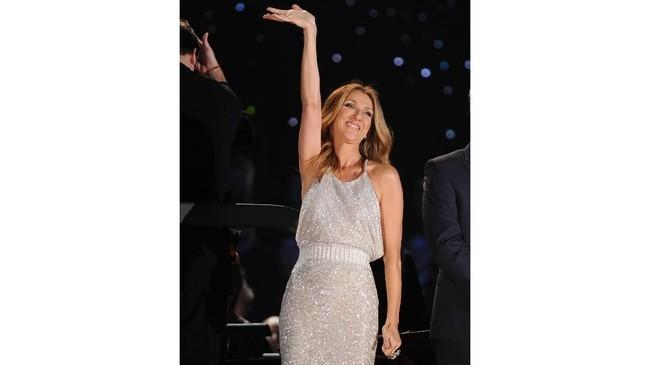Sebagai seorang diva dunia, Celine Dion memang 'wajib' tampil glamor dan menarik dalam setiap penampilannya. (Jason Kempin/Getty Images/AFP)