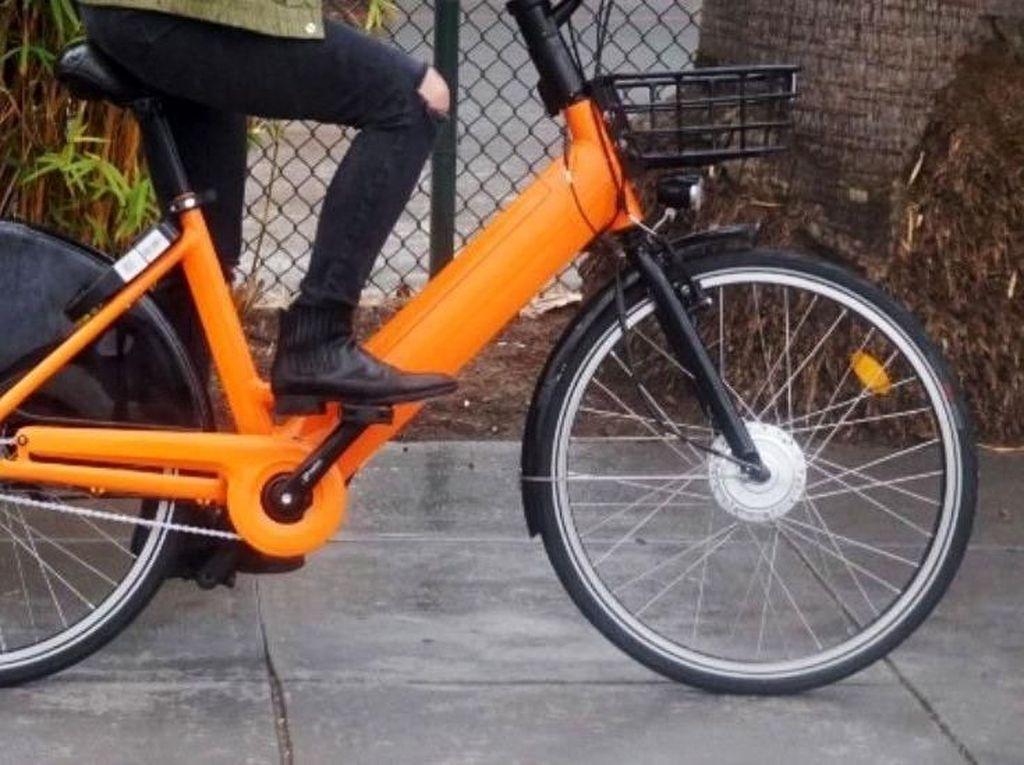 Selain menggunakan mesin, sepeda pengemudi juga dibantu oleh kayuhan pedal. Istimewa/Techcrunch.