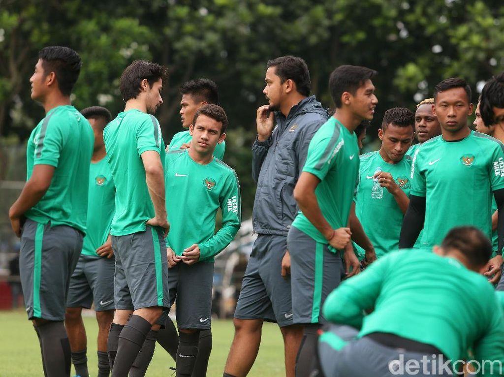 Untuk pemain senior tampak kiper Andritany (Persija), Fachrudin (Madura United), Bayu Pradana (Mitra Kukar), Andik Vermansah, Boaz Salossa (Persipura), dan lerby Eliandry (Borneo FC).