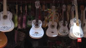 VIDEO: Cerita Kewalahan Perajin Gitar 'Coco' di Meksiko
